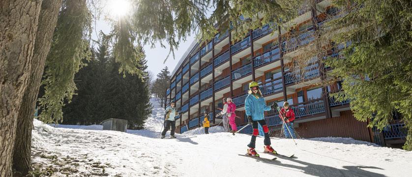 france_les-arcs_residence-le-belmont-apartments_exterior-winter-skiers.jpg